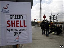 Shell tanker drivers picketing at Coryton, Essex