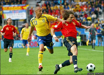 Larsson and Puyol contest possession