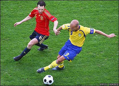 Ljungberg looks to get the better of Andres Iniesta