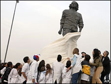 The bronze statue of Ernesto 'Che' Guevara is unveiled in Rosario, Argentina, 14 June 2008