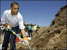 Barack Obama helps fill sandbags at Quincy, Illinois