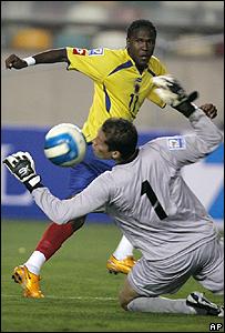 Hugo Rodallega, de Colombia, al momento de anotar su gol frente a Per�.