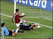 Ronald Vargas al anotar frente a Uruguay.