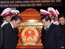 Communist Party chief Nong Duc Manh (l) and President Nguyen Minh Triet (r) with Vo Van Kiet's coffin