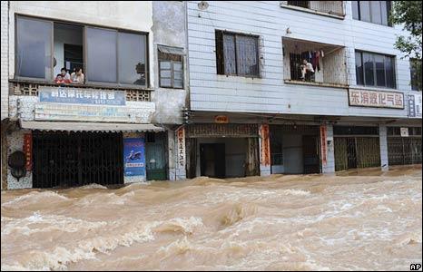 People wait to be evacuated in Yongfu County, Guangxi Zhuang Autonomous Region