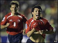 Medel (der.) festeja un gol en La Paz el 15 de junio