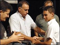 Elián González recibe su tarjeta que lo identifica como miembro de la Unión de Jóvenes Comunistas