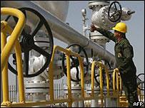 Un trabajador petrolero iraní supervisa unas insolaciones