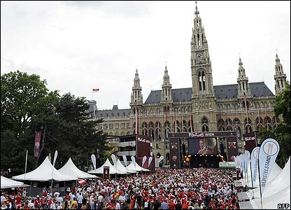 Crowds gather outside Vienna's town hall