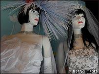 Vitrina exhibe trajes para bodas del mismo sexo, Getty Images