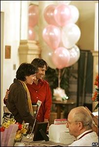 Pareja gay hablando con un fot�grafo para preparar su boda en California, 10 junio 2008