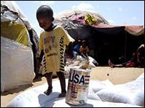 طفل صومالي في مخيم للاجئين بالقرب من مقديشو (27/03/2008)
