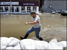 A man wades through flood water in Burlington, Iowa (16 June 2008)