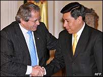 Los ministros de Defensa de Chile, Jos� Go�i (iz.) y de Bolivia, Walker San Miguel