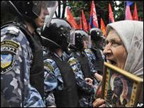 أوكرانية تحتج ضد انضمام بلادها إلى حلف الناتو