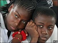 Jóvenes colombianos durante la celebración de un donativo para los desplazados por la violencia.