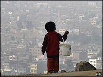 Niño en las afueras de Lima.