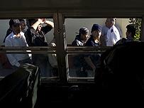 Inmigrantes ilegales hacen fila en un centro de detención