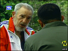 Fidel Castro (l) talks to Venezuelan President Hugo Chavez (17 June 2008)