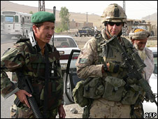An Afghan National Army soldier and a Canadian soldier stand guard at a checkpoint in Arghandab district (17/06/08)