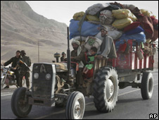Afghans carry their belongings on a tractor as they leave the Arghandab district (17/06/08)