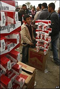 Ni�o vende cigarrillos cerca de Rafah.