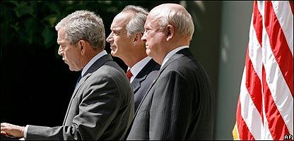 El presidente George Bush,  el secretario del Interior Dirk Kempthorne y el secretario de Energía, Samuel Bodman, AP