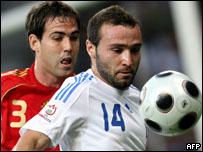 لاعب اسبانيا نافارو يراوغ اللاعب اليوناني سالبانجيديس