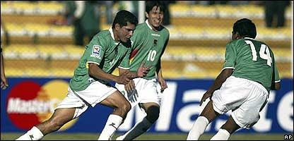Botero (izq.) celebra uno de sus tantos con Vaca (cen.) y Torres