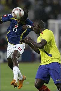 El colombiano Hugo Rodallega (izq.) cabecea la pelota frente a Giovanni Espinoza