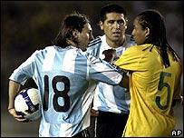 Messi, Riquelme y Anderson forcejeando