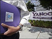 Empleado de Yahoo delante de las oficinas centrales de Yahoo