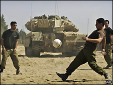 Israeli soldiers play football at positions near the Gaza border - 19/06/2008