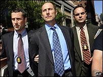 Matthew Tannin, uno de los ejecutivos, siendo arrestado por el FBI en Nueva York.-