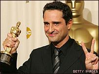 """Jorge Drexler al recibir el Oscar por la mejor canción por """"Al otro lado del río""""  en 2005"""
