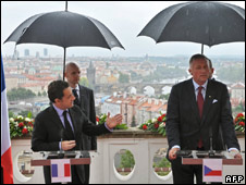 French President Nicolas Sarkozy (l) and Czech Republic Prime Minister Mirek Topolanek