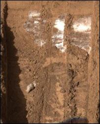 Лед в канавках на Марсе (снимок НАСА)