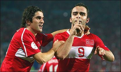 Semih Senturk celebra el gol de último minuto para Turquía