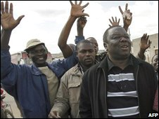 Zimbabwe opposition leader Morgan Tsvangirai campaigns with supporters (21/06/08)