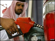 Car is filled with petrol in Jeddah, Saudi Arabia (21.06.08)