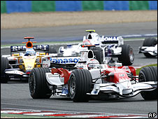 Jarno Trulli heads Fernando Alonso's Renault and Robert Kubica's BMW Sauber early in the race