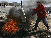 Un simpatizante de Morales quemando una llanta