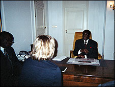 Robert Mugabe (right) talks to Heidi Holland (centre)