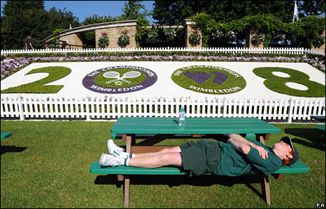 A court attendant takes a break during the Wimbledon Championships 2008 at the All England Tennis Club in Wimbledon, 24 June 2008