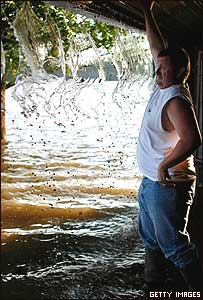 Un hombre en su casa inundada en Iowa, tras la crecida del Río Mississipi y el Río Iowa (junio 2008)