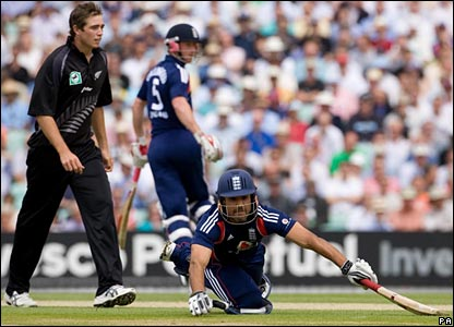 Ravi Bopara dives for the crease, watched by Tim Southee and Paul Collingwood