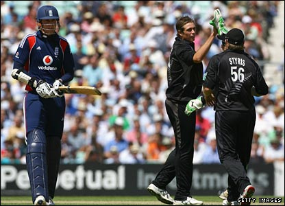 Tim Southee (centre) celebrates with Scott Styris as Stuart Broad is caught at backward point