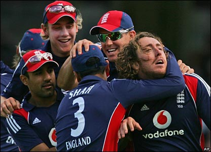 Ryan Sidebottom (right) is mobbed by Ravi Bopara, Stuart Broad, Owais Shah and Kevin Pietersen