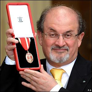 Салман Рушді з медаллю від королеви Єлизавети ІІ