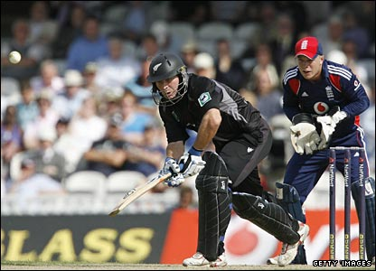Jamie How, watched by keeper Tim Ambrose, is about to be caught and bowled by Graeme Swann